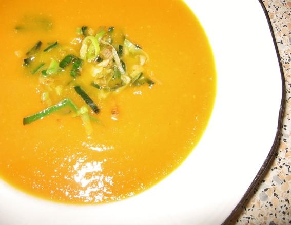 Verse wortelsoep met gember en sinaasappel.